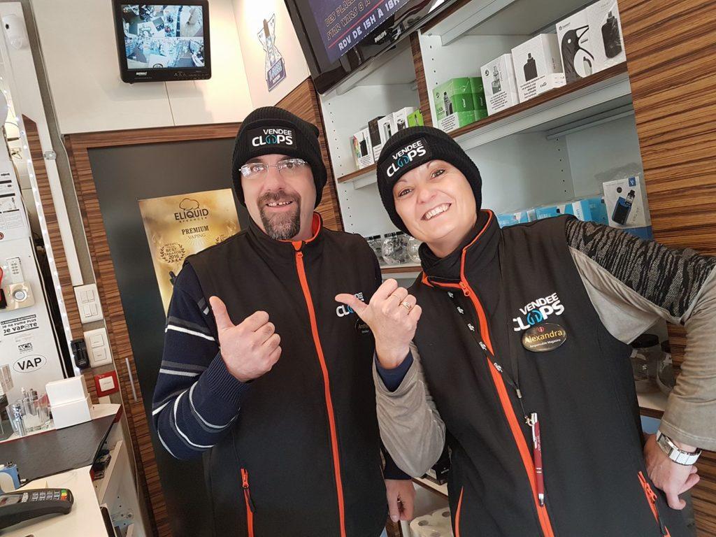Impression textile deux personne portent les vestes et bonnets de la marques vendée clops