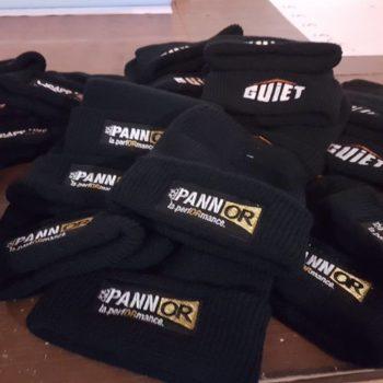 Impression textile, ensemble de bonnets noirs avec inscrit PANNOR la performance
