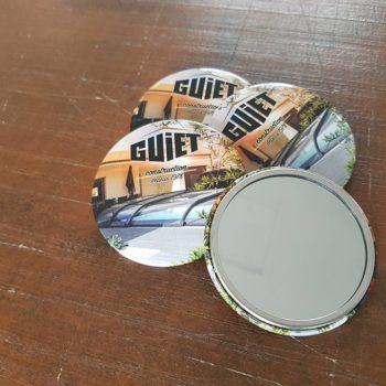 Objet Publicitaire 4 mirroir dont 1 retourné avec inscrit le nom de la marque GUIET construction depuis 1978 avec un fond avec une maison et une piscine avec une terasse gris claire