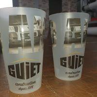Objet Publicitaire deux gobolets en plastique blanc avec la marque GUIET inscrit et en dessous constructions depuis 1978
