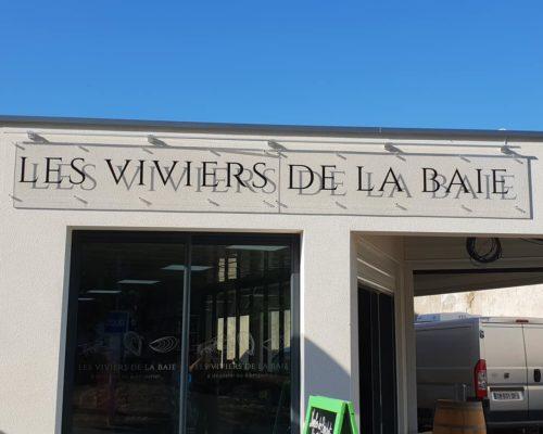 Enseigne et façade, enseigne les viviers de la baie en verre avec une écriture noir