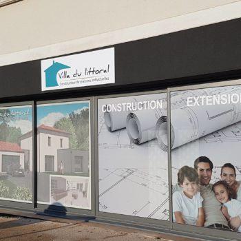 Enseigne et façade de constructeur de maison individuelles, villa du litoral