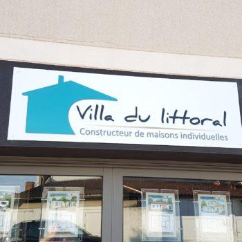 Enseigne et façade, enseigne villa du litorale, constructeur de maisons individuelles avec maison couoé en arrondi bleu