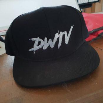 Impression textile sur casquette noire avec inscrit DWTV en blanc