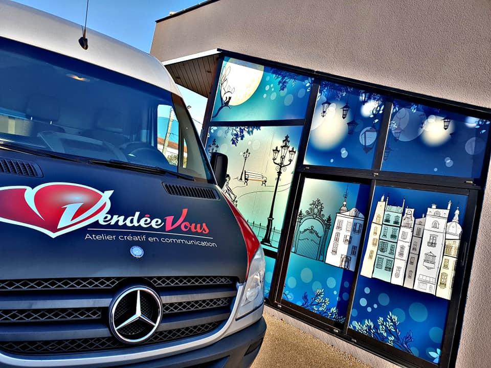 Enseigne et façade, façade vendée clops bleu et blanc avec fond de ville (banc, lampadaires...) camion vendée vous à gauche