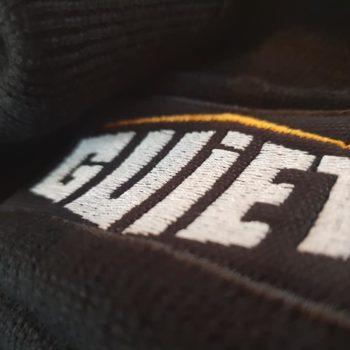 Impression textile, GUIET sur un bonnet noir