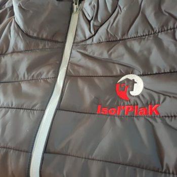 Impression textile, doudoune noir à manche courte avec le nom de marque Isol'PlaK en gris et rouge
