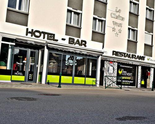 Enseigne et façade de restauran, hotel et bar le chêne vert aux sables d'olonne