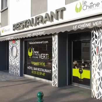 Enseigne et façade de restaurant le chêne vert aux sables d'olonne