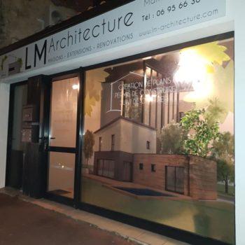 Enseigne et façade LM Architecture, maisons, extensions, renovations aux couleurs vertes, façade avec une maison sur la vitrine