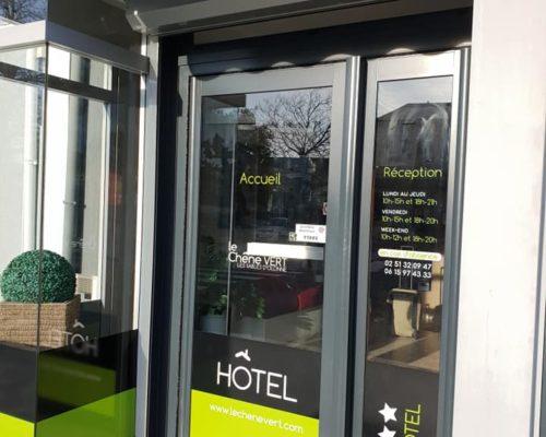 Enseigne et façade entrée de l'hotel le chêne vert aux sables d'olonne